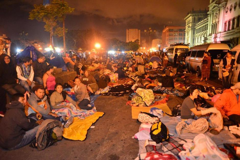 Las calles aledañas a la sede de gobierno son usadas para dormir. (Foto: Jesús Alfonso/Soy502)