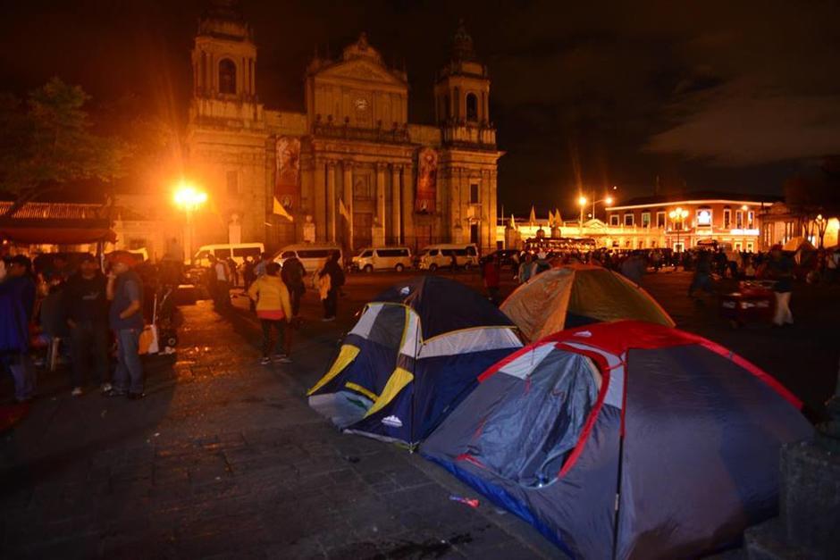 Un grupo de maestros se quedó en el Parque Central luego de la protesta. (Foto: Jesús Alfonso/Soy502)