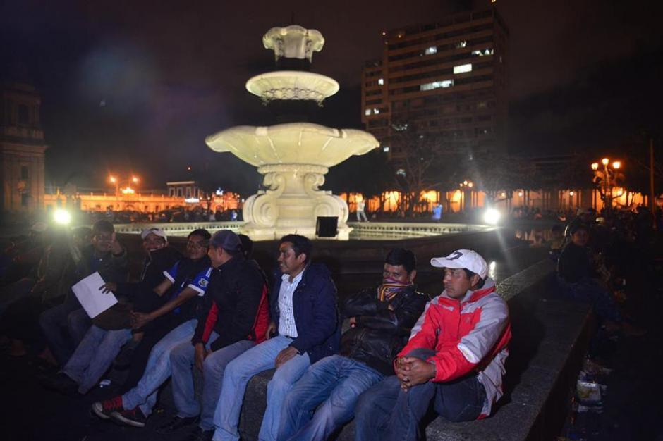 Todos los rincones de la Plaza de la Constitución son utilizados para dormir. (Foto: Jesús Alfonso/Soy502)
