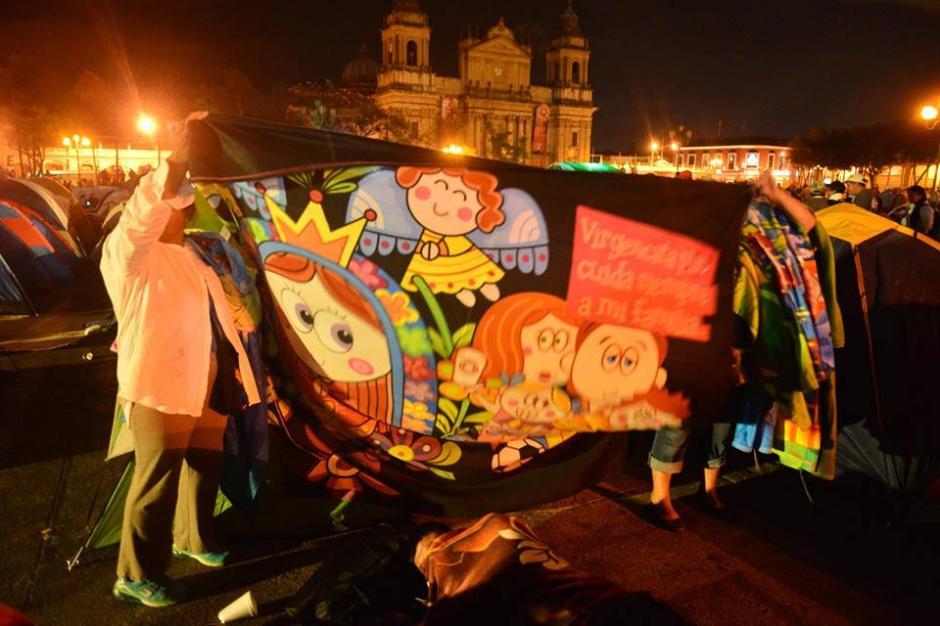 Algunas de las mantas que portan los maestros en la protesta. (Foto: Jesús Alfonso/Soy502)
