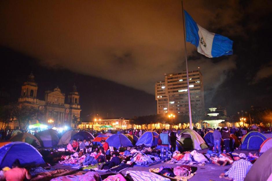 La bandera Nacional ondea en el Parque Central. (Foto: Jesús Alfonso/Soy502)