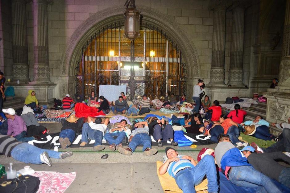 Los más afortunados lograron quedarse en la entrada del Palacio Nacional de la Cultura. (Foto: Jesús Alfonso/Soy502)