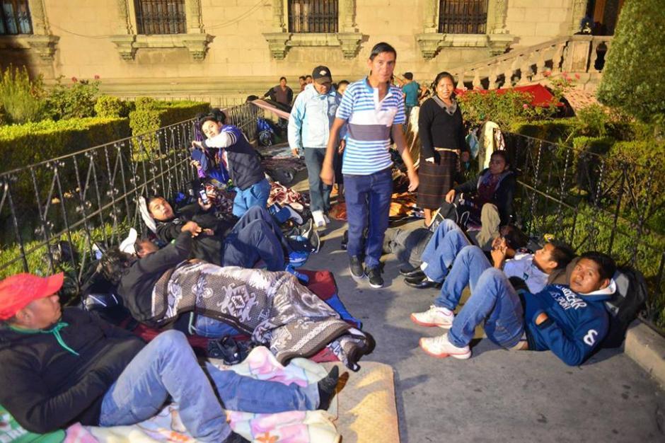 Los alrededores del recinto son utilizados para dormir. (Foto: Jesús Alfonso/Soy502)