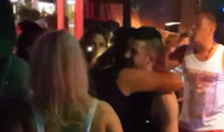 Después del golpe la mujer abraza a uno de los chicos. (Foto: express.co.uk)