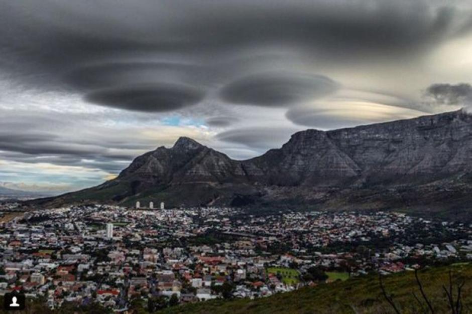 Las nubes lenticulares que se observaron en Sudáfrica. (Foto: Google)