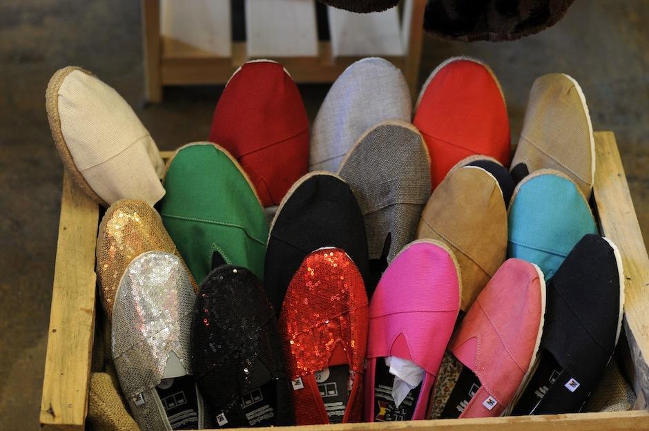 """""""Majas"""" es la marca de zapatillas hechas a mano, por indígenas en México y Guatemala. Parte de lo recibido al comprarlas va directo al desarrollo de estas comunidades. (Foto: Esteban Biba/Soy502)"""