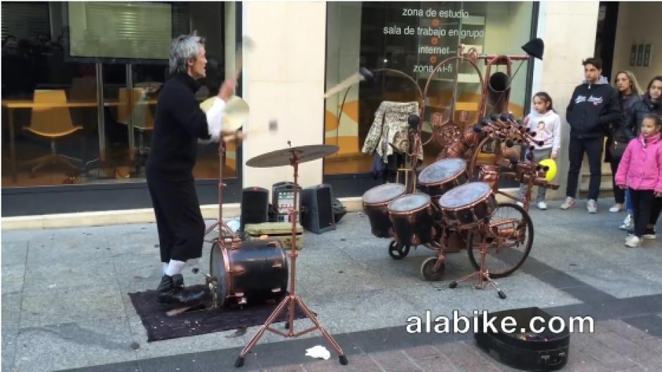 Fran Fuman es un artista de 42 años que mezcla la batería con sus malabares. (Foto: Facebook)