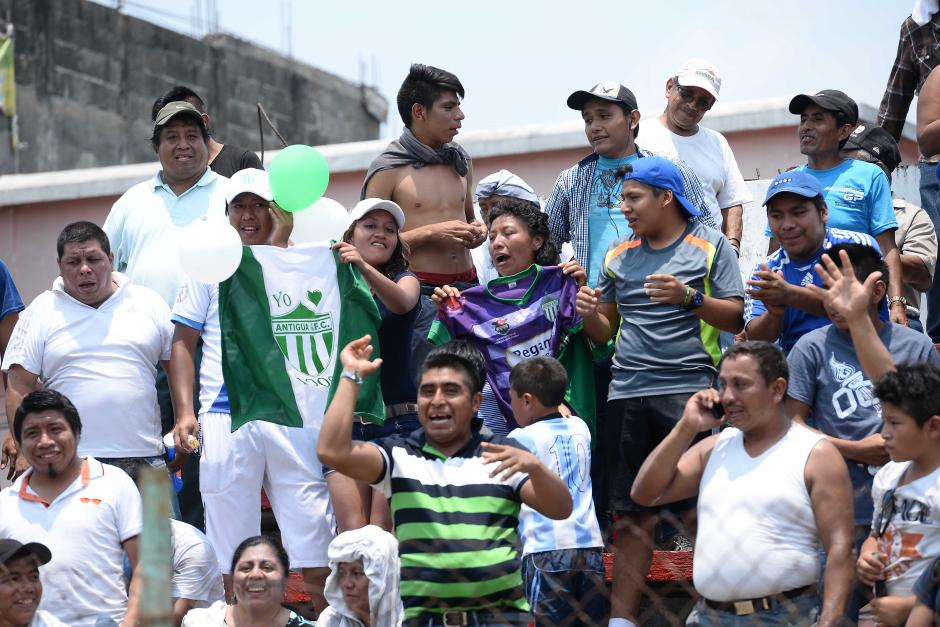 Algunos fieles seguidores de Antigua hicieron el viaje a Malacatán para apoyar a su equipo. (Foto: Sergio Muñoz/Nuestro Diario)