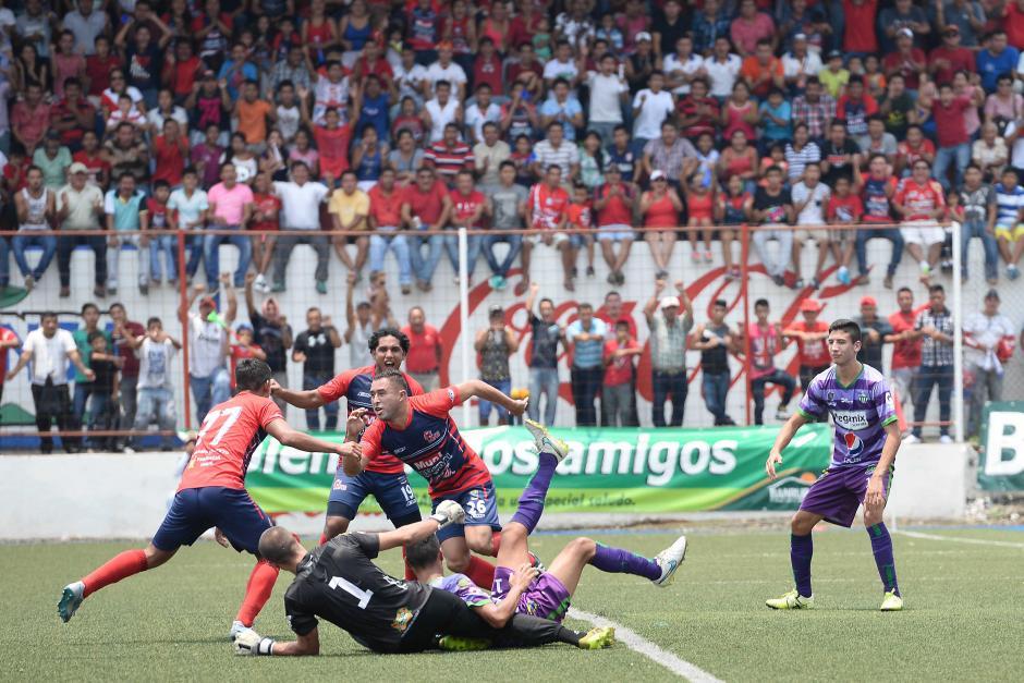 Así cayó el primer gol de los Toros obra de Ángel Medina. (Foto: Sergio Muñoz/Nuestro Diario)