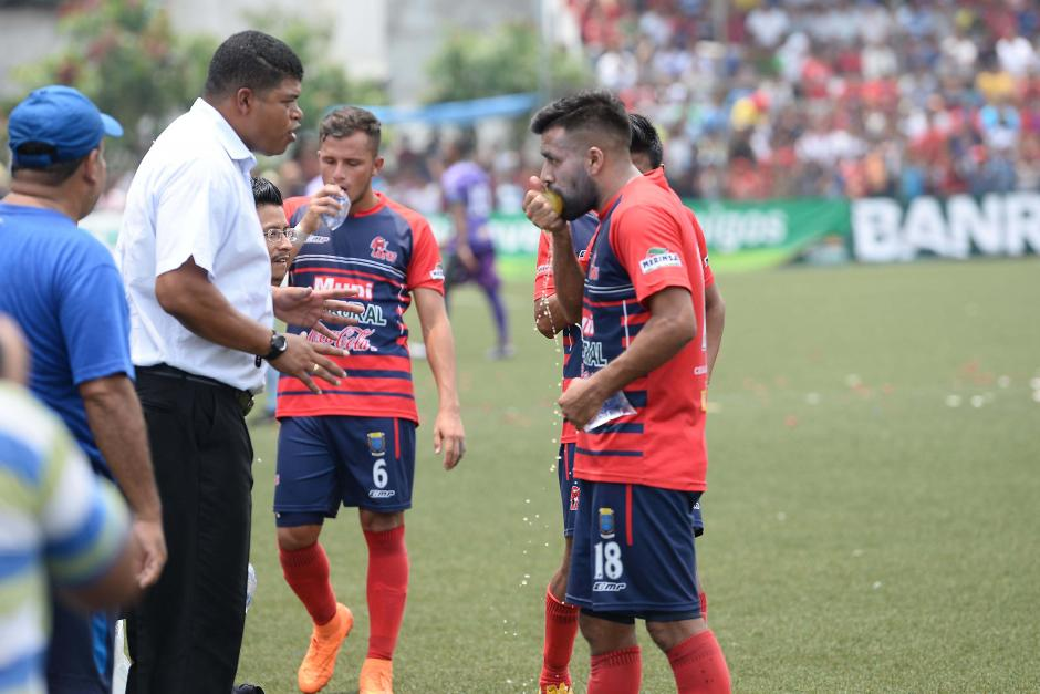 Ronald Gómez da instrucciones a Ricardo Rocha, en el minuto de hidratación. (Foto: Sergio Muñoz/Nuestro Diario)