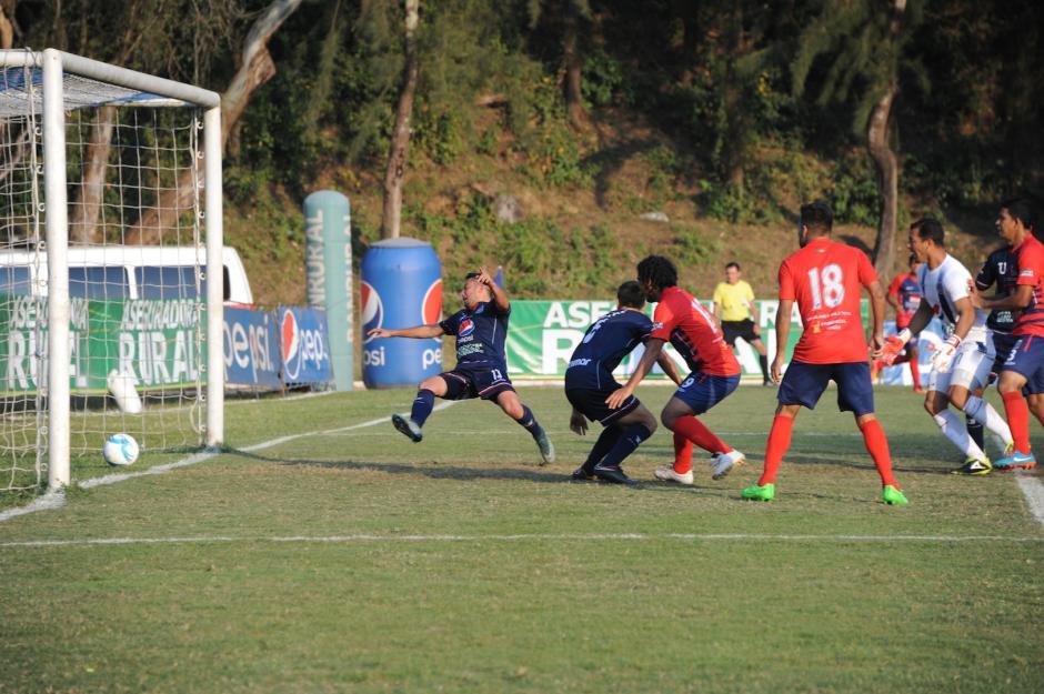 En el estadio Revolución, de la Ciudad Universitaria, la Universidad ganó 2-1 a Malacateco; con doblete del mexicano Kamiani Félix.(Foto: Nuestro Diario)