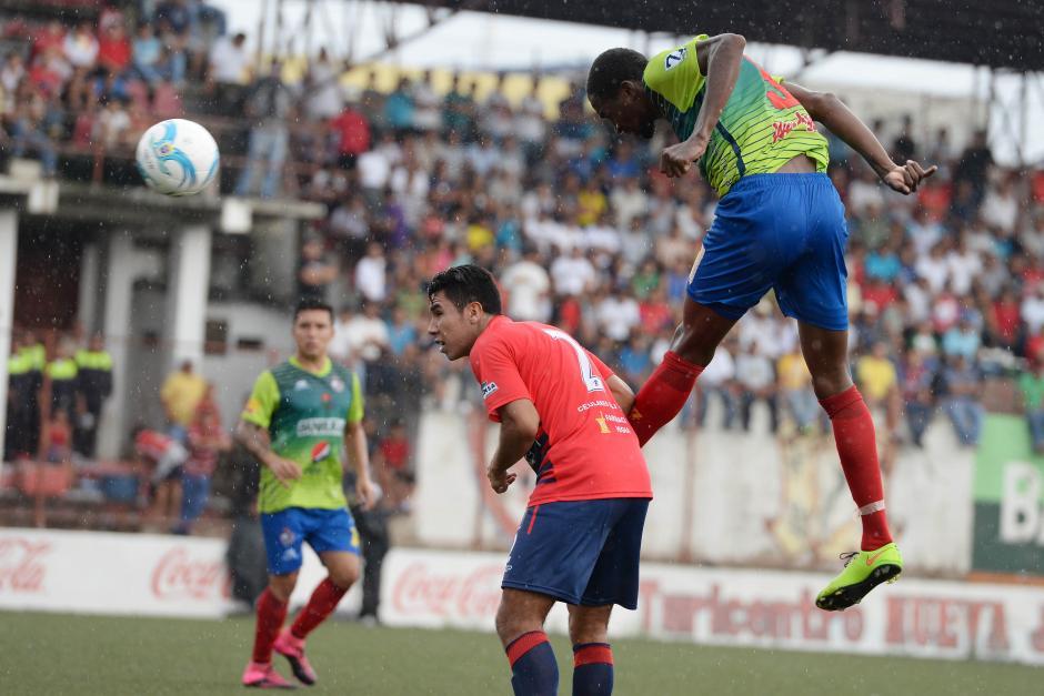 Denniss López le gana el salto al zaguero de Malacateco. Los rojos lucieron su tercer uniforme, verde.(Foto: Sergio Muñoz/Nuestro Diario)