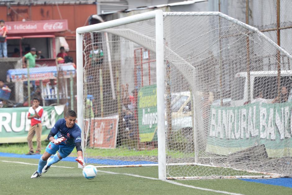 El portero Miguel Ángel Klée no puede detener el remate de Carlos Ruiz, que puso el 2-2.(Foto: Sergio Muñoz/Nuestro Diario)
