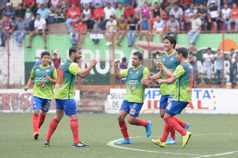 Carlos Ruiz es felicitado por sus compañeros Keylor Soto, Luis Cardona, Marco Rivas y al fondo Pedro Altán.(Foto: Sergio Muñoz/Nuestro Diario)