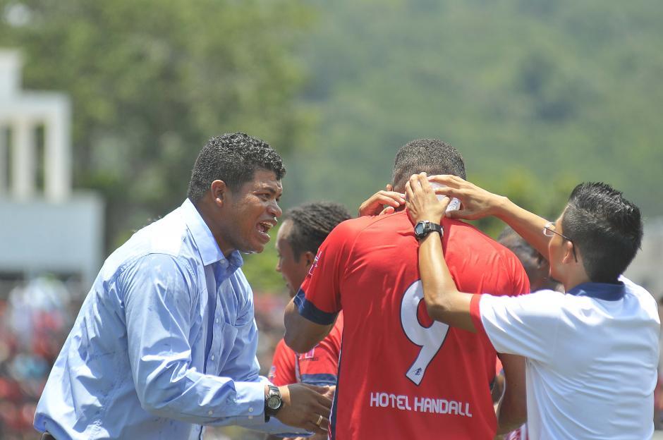 La felicitación sobre Moreno al final del partido (Foto: Nuestro Diario)