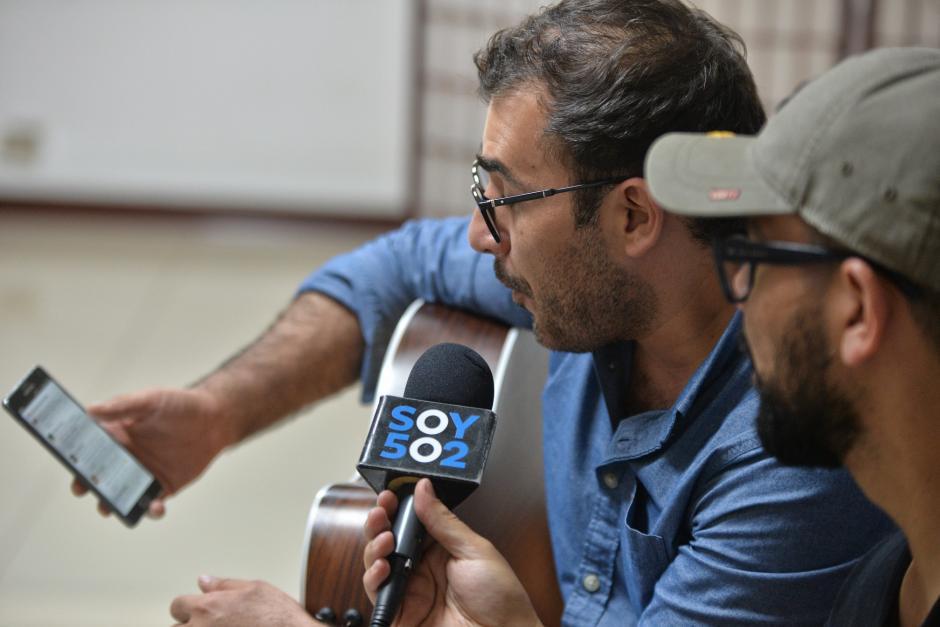 Páez revisa los comentarios de la transmisión en vivo en la cuenta de Facebook de Soy502. (Foto: Wilder López/Soy502)