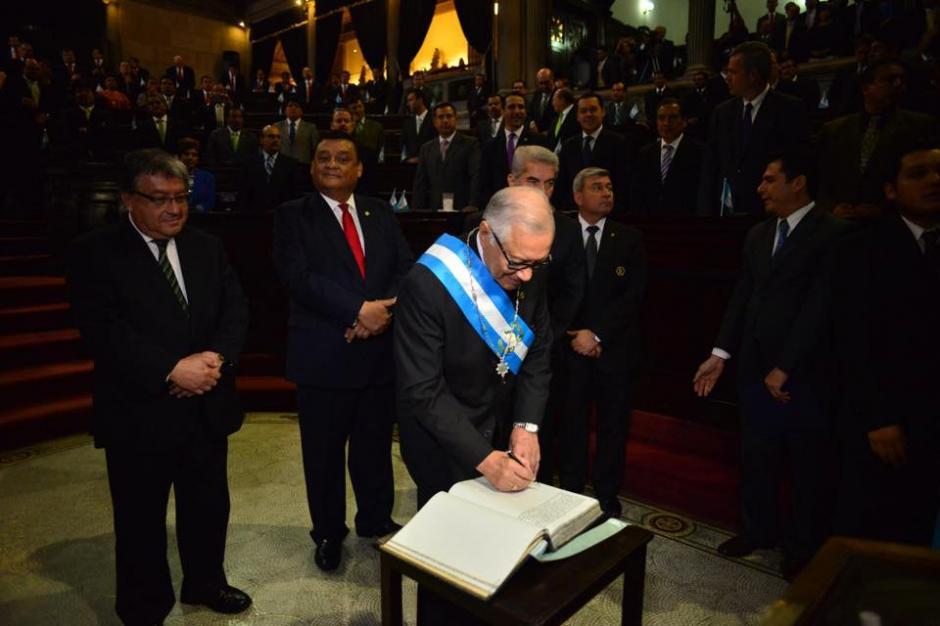 El presidente Alejandro Maldonado firmó el Libro de Oro del Congreso de la República. (Foto: Jesús Alfonso/Soy502)