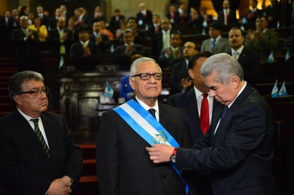 Luis Rabbé, presidente del Congreso colocó las insignías al nuevo presidente Alejandro Maldonado. (Foto: Jesús Alfonso/Soy502)