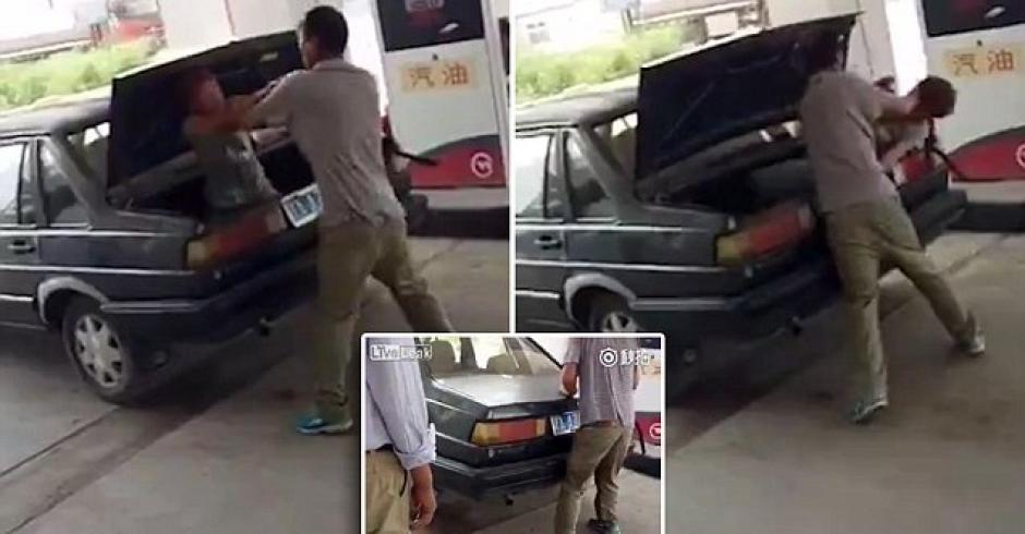 La secuencia muestra cómo este hombre mete a su mujer en el maletero de un auto. (Foto: Dailymail)
