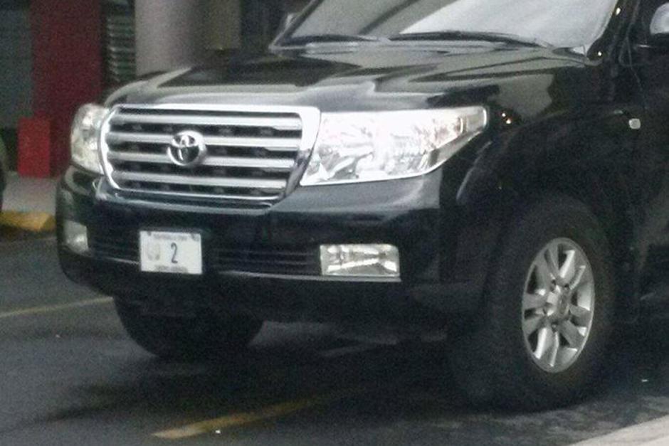 El vehículo vicepresidencial utilizó dos espacios para parquearse. (Foto:@malparqueadosgt)