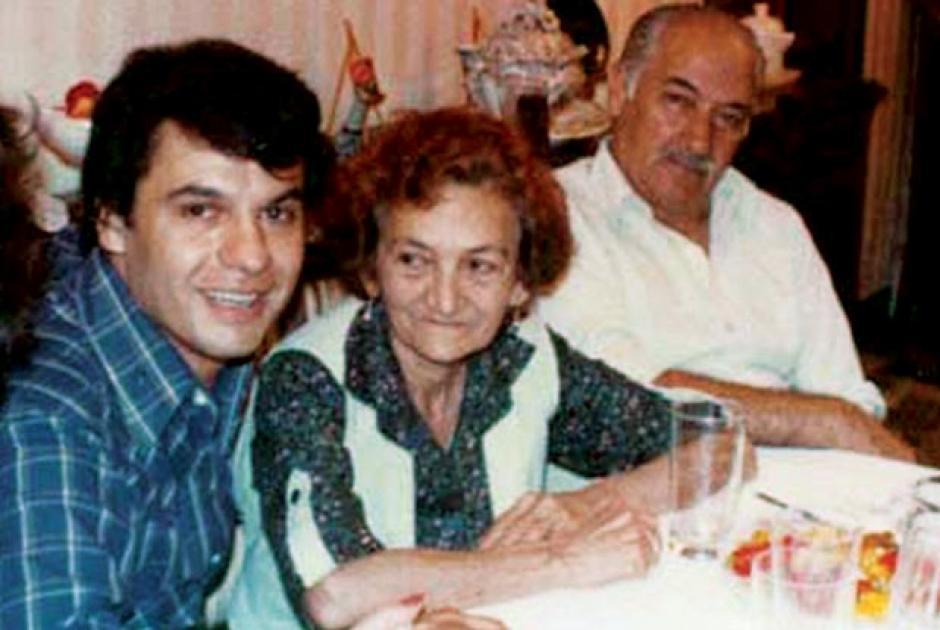 El cantante junto a su madre. (Foto: quien.com)