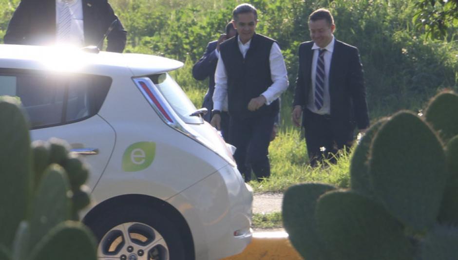 El político se bajó del helicóptero para subirse en el vehículo eléctrico. (Foto: Cuartoscuro)