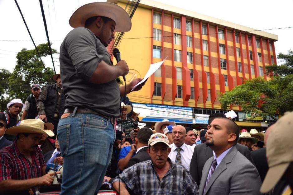 El superintendente de la SAT, Juan Solórzano Foppa, salió a escuchar las peticiones de los manifestantes. (Foto: Jesús Alfonso/Soy502)