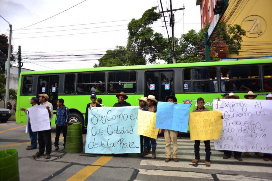 Según la PMT, la 7a. Avenida se encuentra totalmente bloqueada y tampoco circula el Transmetro. (Foto: Jesús Alfonso/Soy502)