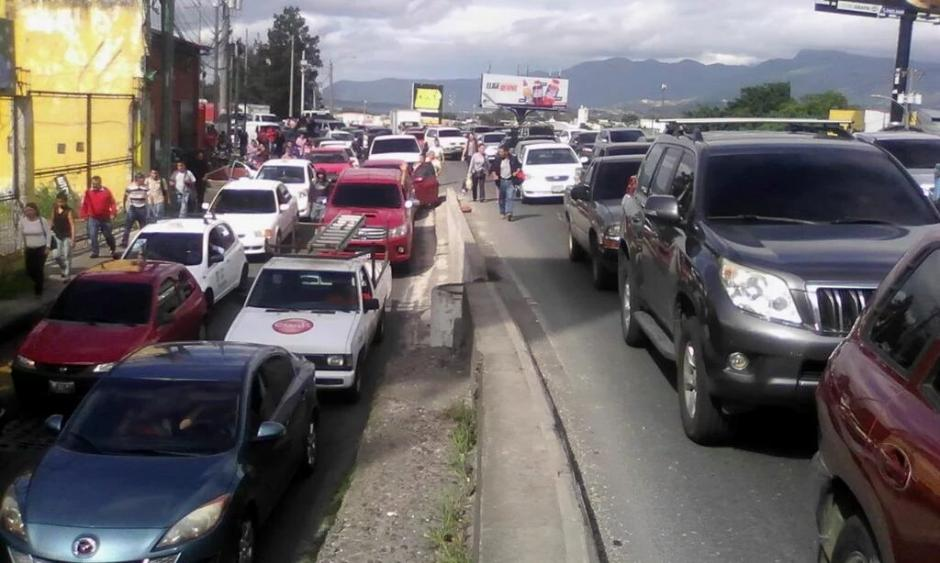 Manifestación en calzada Aguilar Batres genera largas filas de vehículos. (Foto: @SantosDalia)