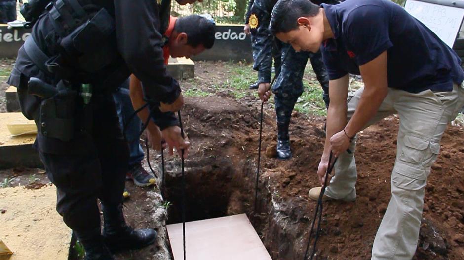 """Los elementos que participaron en el funeral, depositan el cuerpo de """"Jack"""" en el cementerio privado canino, donde se encuentran otros 15 perros que han partido a un mejor lugar.(Foto: Fredy Hernández/Soy502)"""