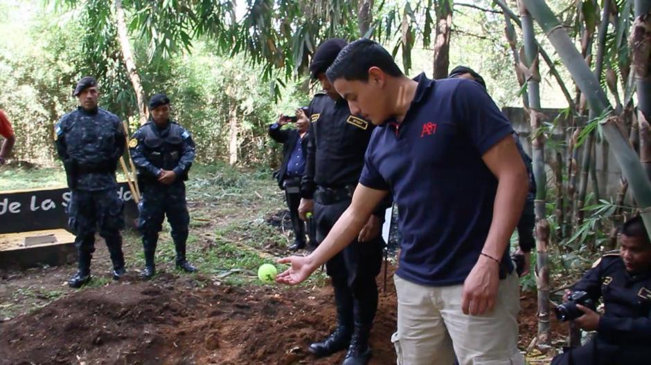 """Juan Carlos Farfán, instructor K9 y amigo de """"Jack"""" se despide de su amigo con quien compartió más de siete años.(Foto: Fredy Hernández/Soy502)"""