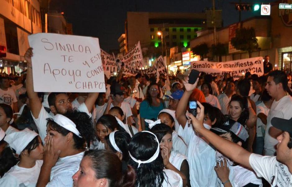 """Decenas de personas marcharon ayer en ciudades de Culiacán y Guamúchil en el estado de Sinaloa para pedir la libertad de Joaquín """"el Chapo"""" Guzmán. (Foto:Efe)"""