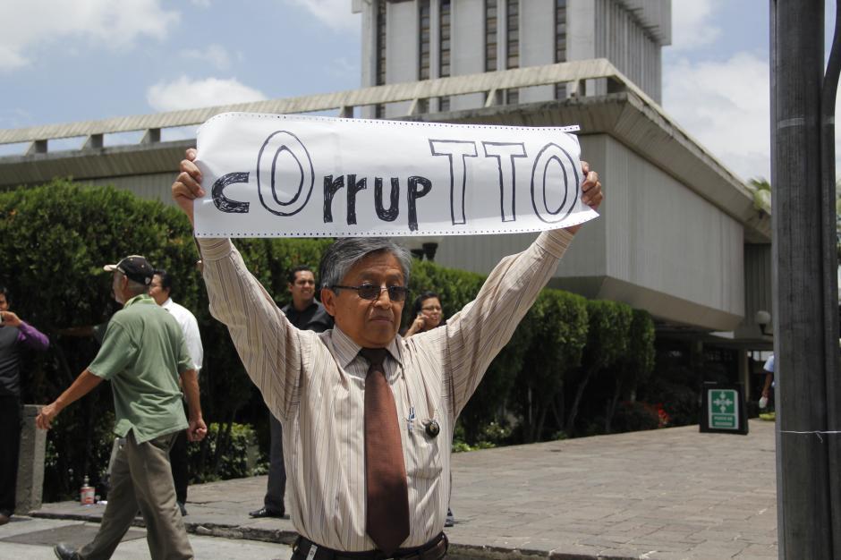 Un ingenioso cartel es exhibido por este manifestante. (Foto: Archivo/Soy502)