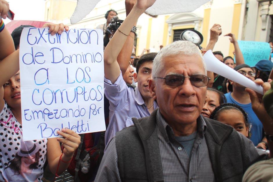 Con vuvuzela en mano, este ciudadano manifestó en contra del gobierno. (Foto: Archivo/Soy502)