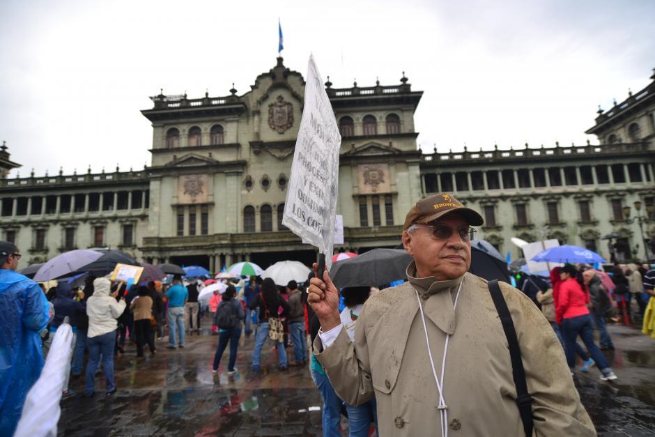 """A pesar de la lluvia, este ciudadano se hizo presente a """"La Plaza"""" (Foto: Archivo/Soy502)"""