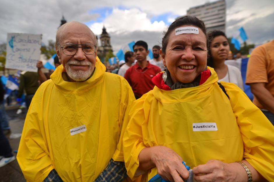 La lluvia no impidió que estos ciudadanos asistieran a La Plaza. (Foto: Archivo/Soy502)