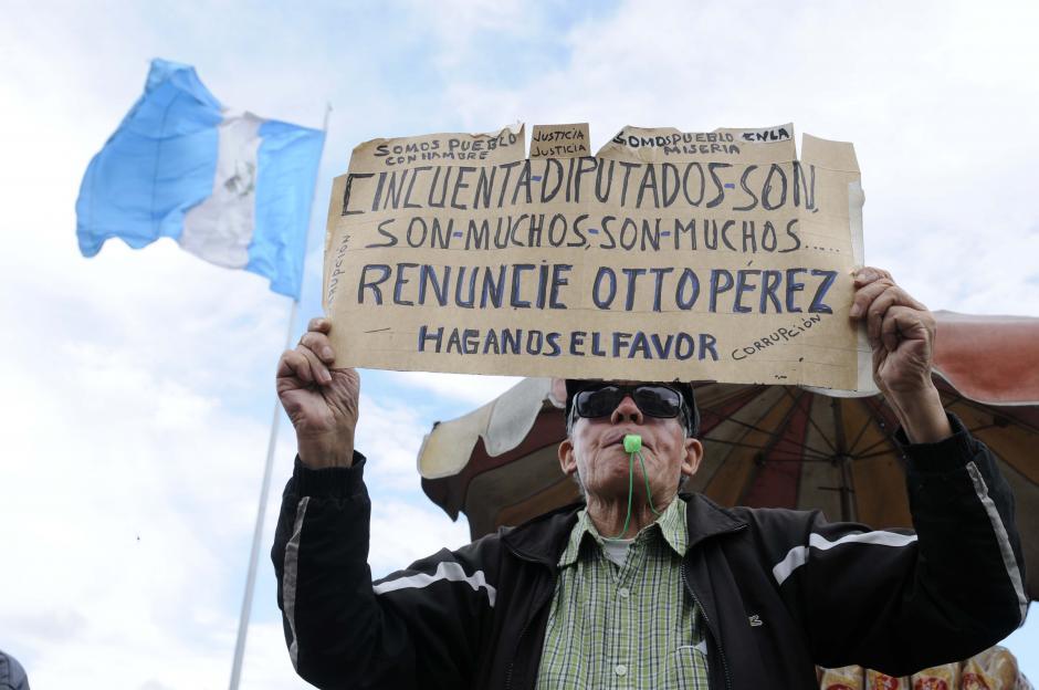 Con mucha energía, este ciudadano exigió la renuncia del binomio presidencial. (Foto: Archivo/Soy502)