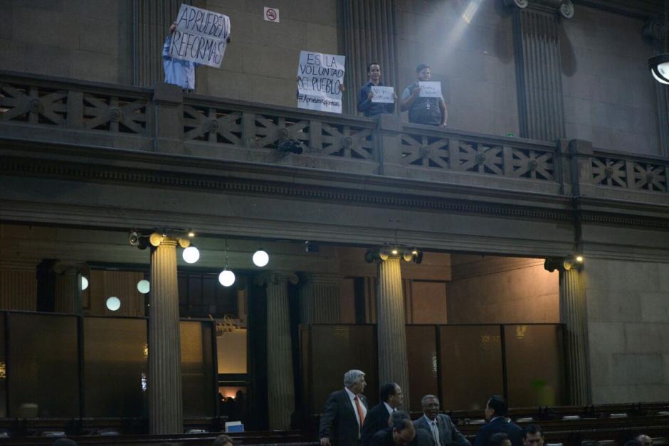 Un grupo de manifestantes ingresó al Congreso para exigir la aprobación de las reformas constitucionales. (Foto: Wilder López/Soy502)