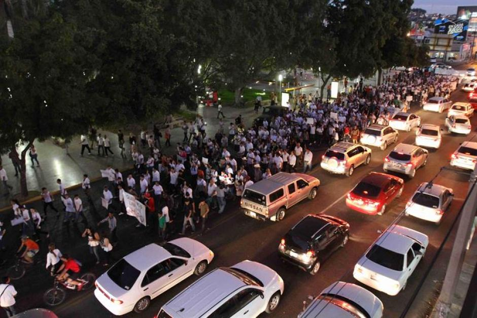 Los simpatizantes del Chapo Guzmán, vistieron playeras blancas y durante su recorrido se hicieron acompañar de bandas de múscia que interpretaron corridos dedicados al cabecilla del cartel de Sinaloa. (Foto:Efe)