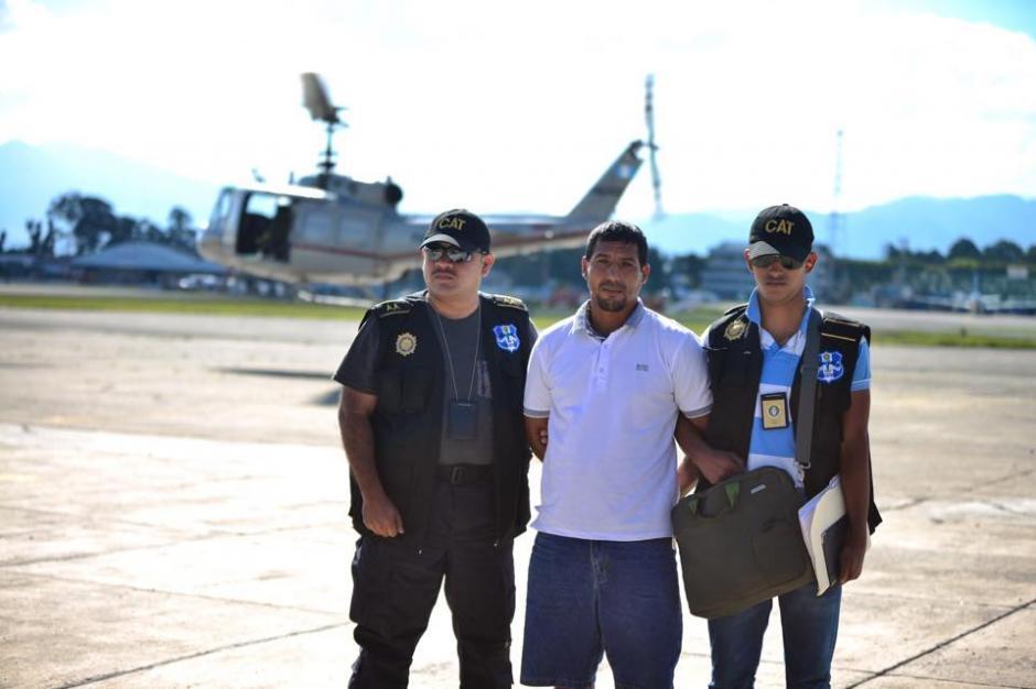La Policía Nacional Civil (PNC) trasladó vía aérea al supuesto narcotráficante Manolo Montepeque. (Foto: Jesús Alfonso/Soy502)