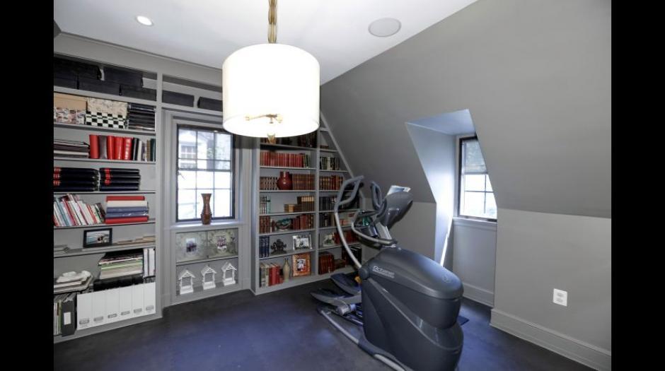 La mansión cuesta con un minigimnasio. (Foto: MRIS)