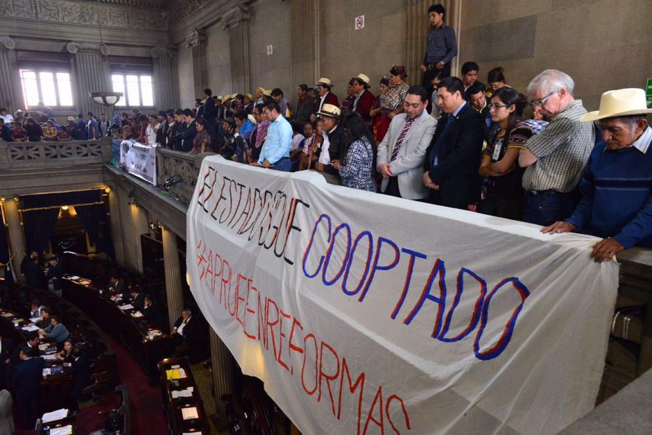La colocación de mantas provocó una discusión que duró cerca de media hora. (Foto: Jesús Alfonso/Soy502)