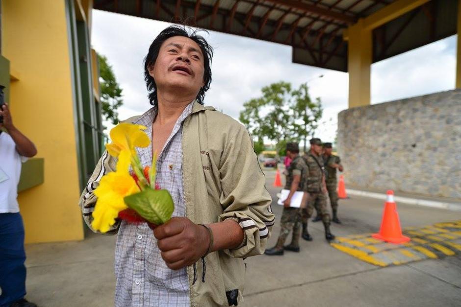 Previo a que egresara Roxana Baldetti del Centro Médico Militar, el salvadoreñoManuel Francisco Mestizo Guerrero, declarado admirador de la exvicepresidenta, llegó a visitarla. (Foto: Wilder López/Soy502)
