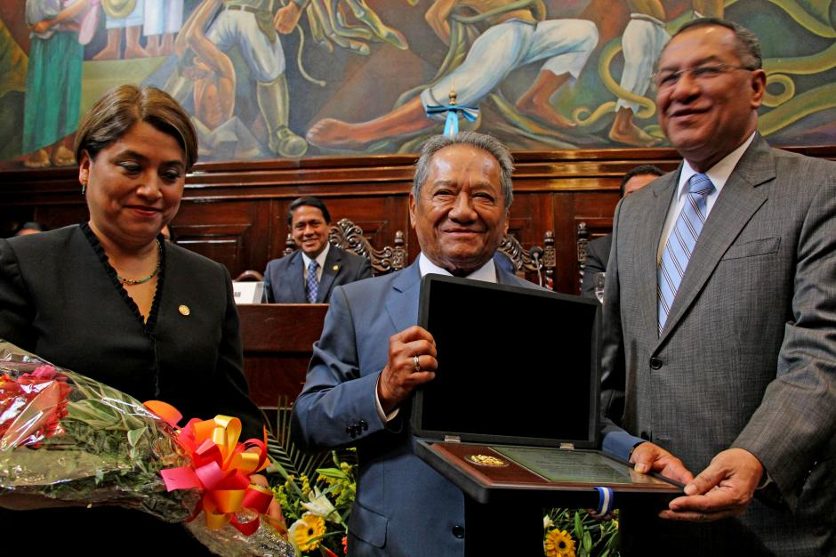 Armando Manzanero recibió un reconocimiento de parte del Congreso de la República por su trayectoria artística. (Foto: Esteban Biba/Soy502)