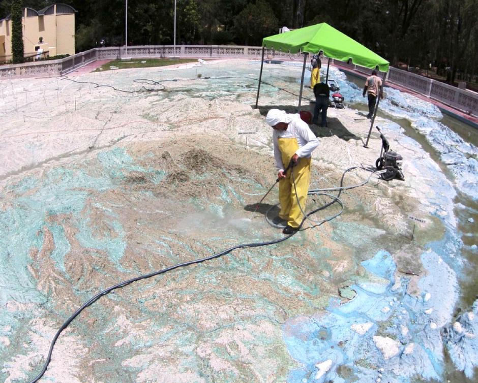 El trabajo que ahora se está realizando en el mapa en relieve consiste en limpiar la superficie con agua a presión. (Foto: Deccio Lizzardy Serrano).
