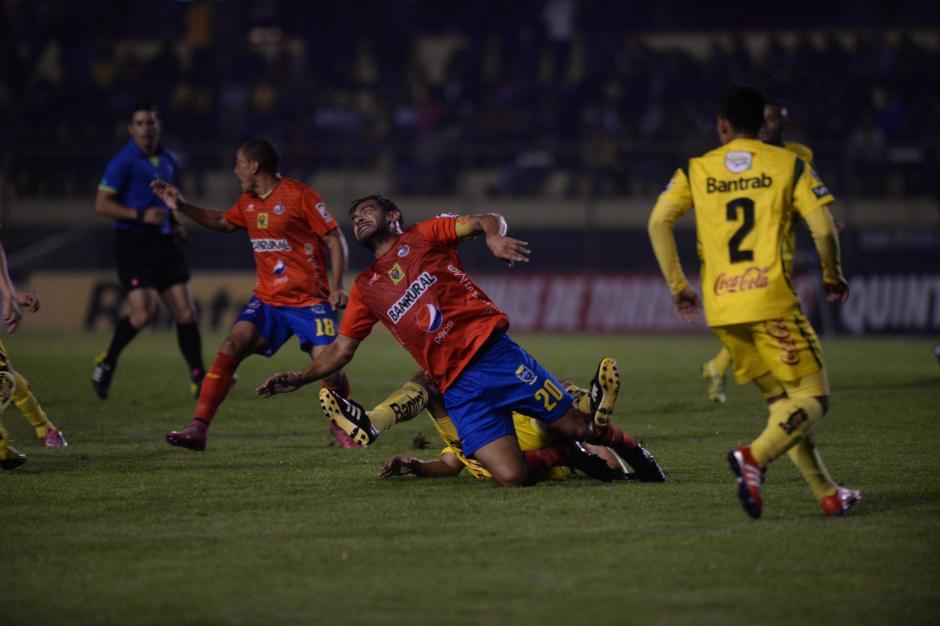 """Carlos el """"Pescado"""" Ruiz recibió una fuerte entrada en el medio campo. Los rojos no perdían desde la segunda jornada del Clausura 2016. (Foto: Nuestro Diario)"""