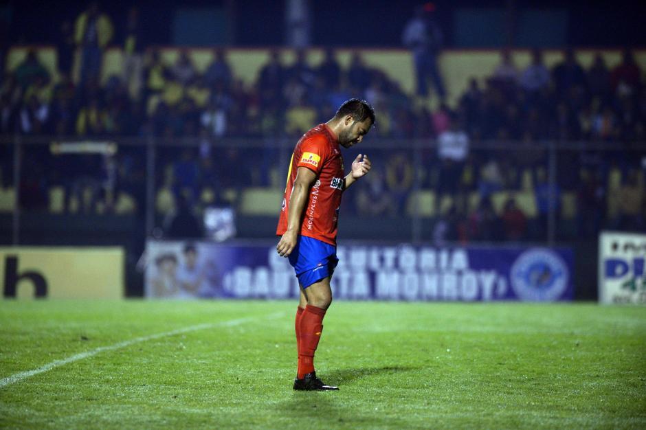 Lamento de Carlos Ruiz, no pesó en la ofensiva escarlata.  (Foto: Nuestro Diario)