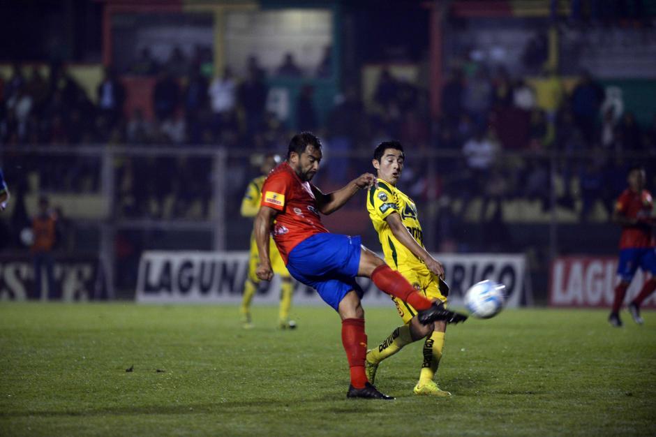 Carlos Ruiz intenta rematar ante la presión de su marcador.  (Foto: Nuestro Diario)