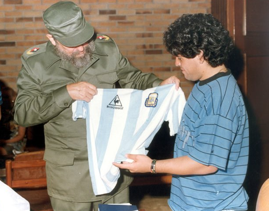 Incluso se dieron obsequios representativos. (Foto: Maradona retro pics)