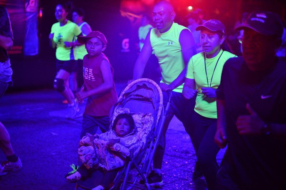 Sin importar la edad, estos padres de familia llevaron a su pequeña. (Foto: Wilder López/Soy502)
